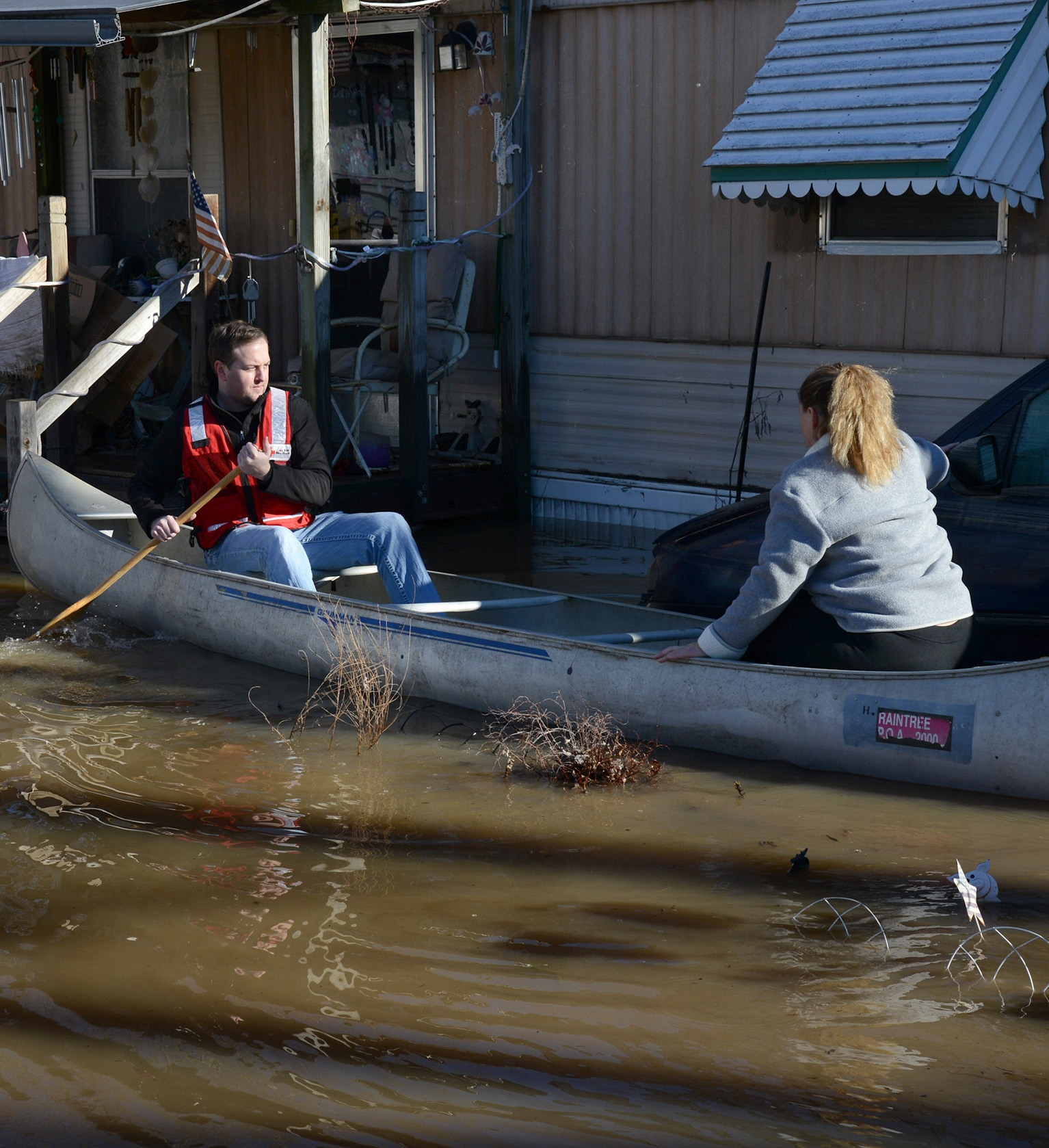 volunteers help in flood